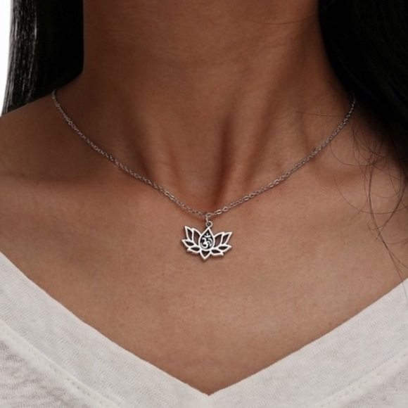 Jewelry - 🆕 Silver Lotus Pendent Necklace